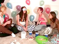 Girls at pijama sexparty playi