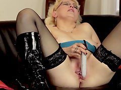 hot mom making her satisfy wit